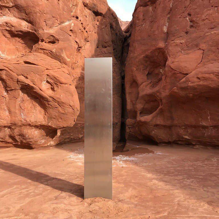 美國猶他州偏遠地區出現一根神秘的巨型柱。取自推特(@utahdpsaerobur...