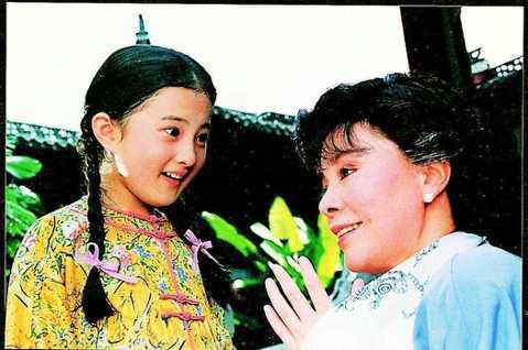 瓊瑤電視劇「婉君」當年的9歲女童星金銘,更一舉成為90年代最紅的童星,她後來還在瓊瑤連續劇「雪珂」演出「小雨點」,更在她主演的「青青河邊草」演唱插曲「小雨點」,但迄今已淡出演藝圈,她近期過40歲生日...