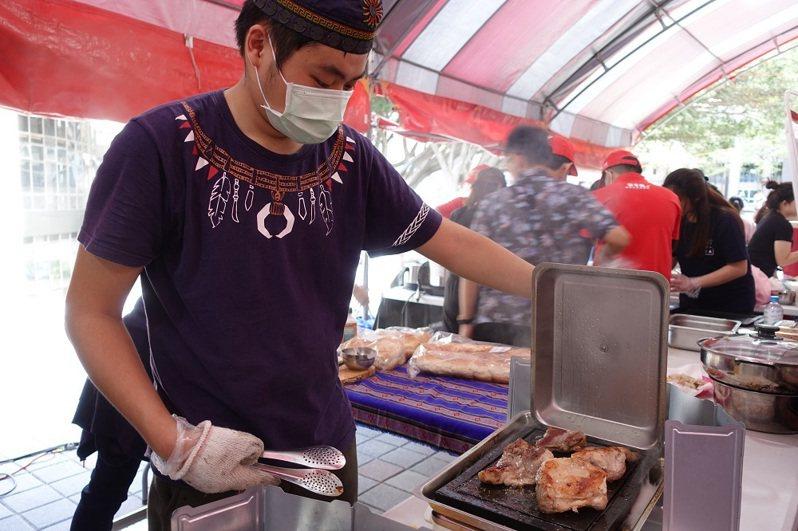 原民專班的大四學生曾皓然在這次文化周負責石板烤肉。圖/中原大學提供