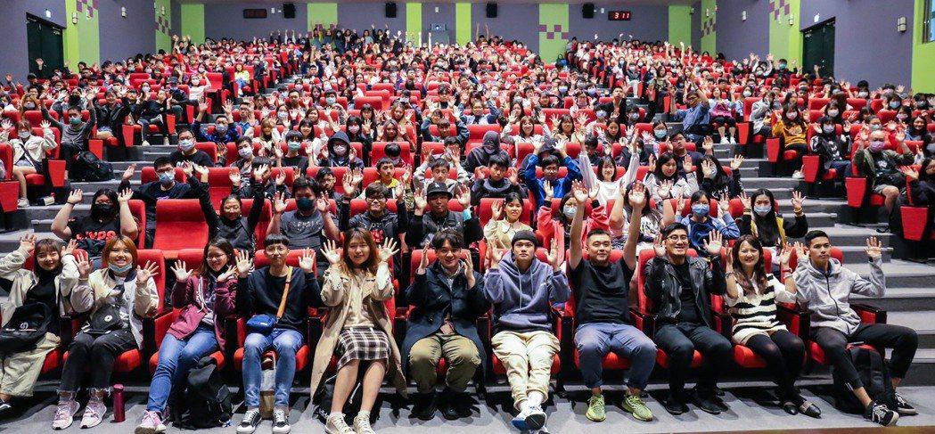 台北海大現場五百多位學生聽劉子銓分享拍電影心得。圖/台北海大提供