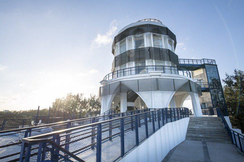 新竹市府投入3千多萬元,歷一年工程改造南寮旅遊服務中心,將於本周六(28日)重新開幕。最吸睛的是一座兩層樓高的大型溜滑梯,還有頂樓平台望出去的遼闊漁港風光。圖/新竹市政府提供