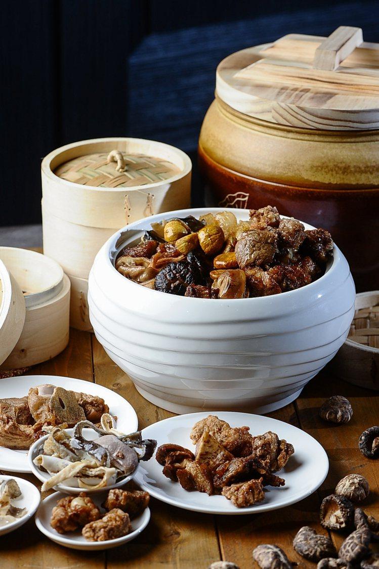 以台灣傳統食材如蔥、蒜頭炸煮,並加入雞高湯烹製而成的「台式佛跳牆」。圖/大地酒店...