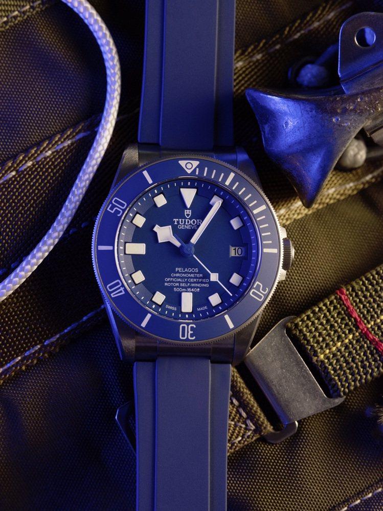 除了黑色表面,TUDOR Pelagos另有藍色表面搭配藍色橡膠表帶的組合。圖 ...