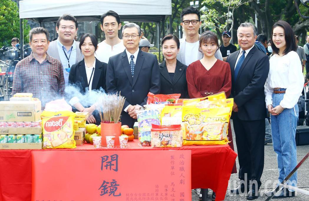 《國際橋牌社》2上午在台北228公園舉行團拜儀式,演員楊烈、路斯明、范宸菲、楊小...