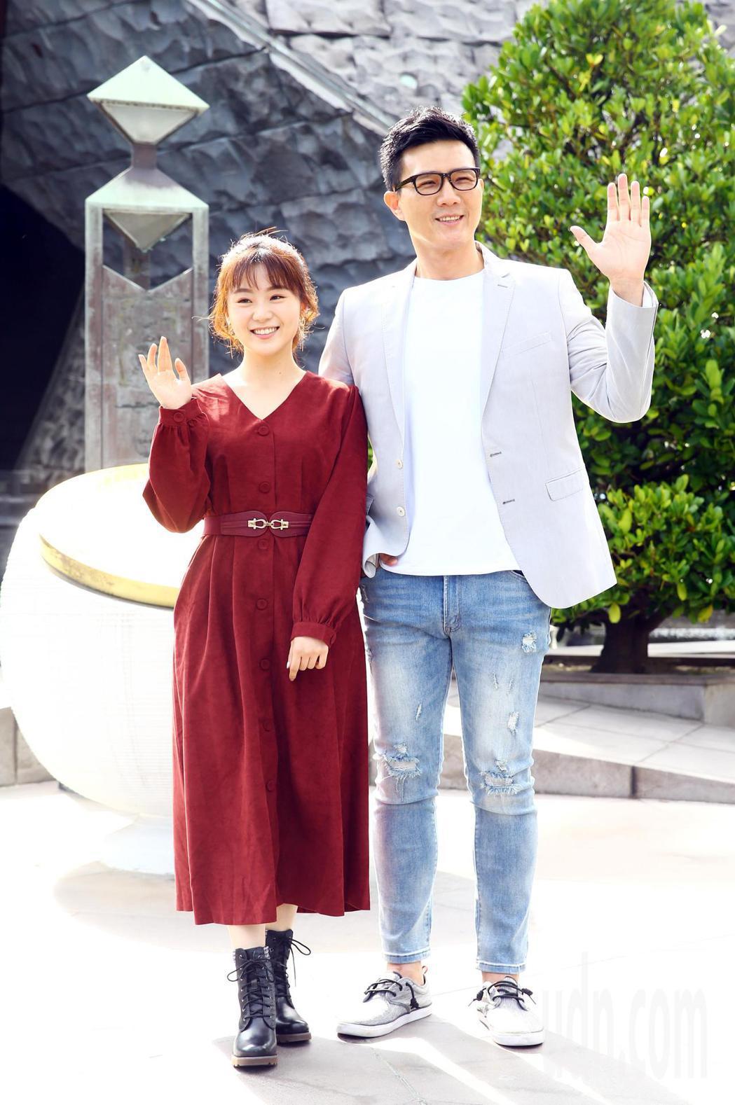 《國際橋牌社》2上午在台北228公園舉行團拜儀式,演員蔣偉文(右)與楊小黎(左)...