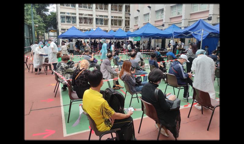 香港新冠肺炎疫情快速惡化,圖為23日大批市民在麻油地社區檢測中心等候檢測。中新社