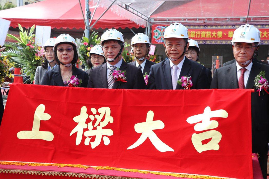 位於土城工業區的「華南銀行資訊科技大樓」及「華南頂埔科技大樓」今舉行上樑典禮。記...