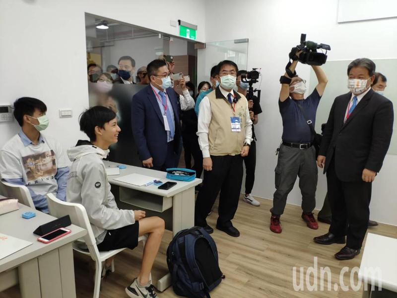 台南市長黃偉哲(右三)、市議會議長郭信良(右一)參觀內部設施。記者謝進盛/攝影