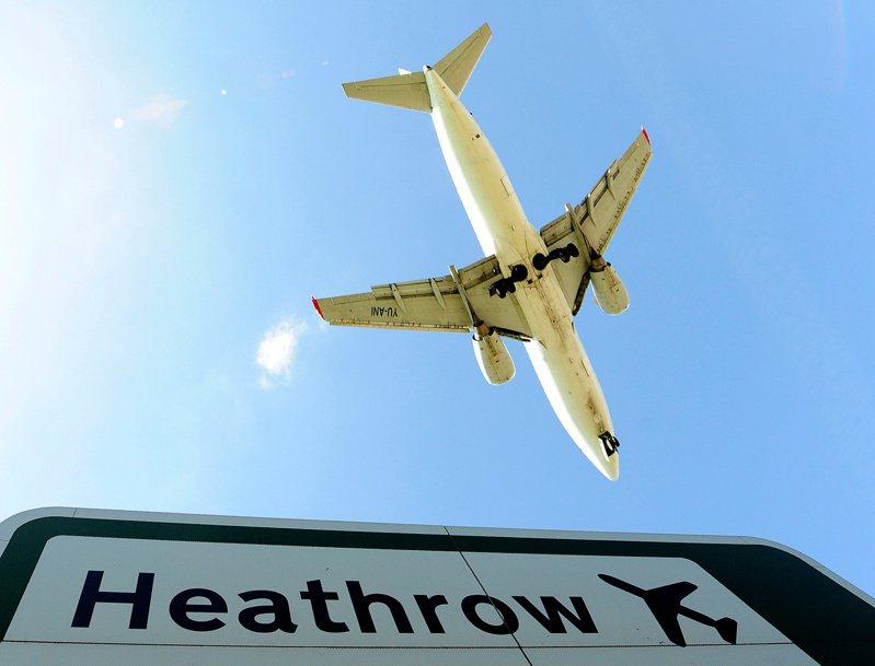 英國將於12月15日放寬隔離規定,來自疫情高風險國家的旅客有望縮短隔離時間。路透
