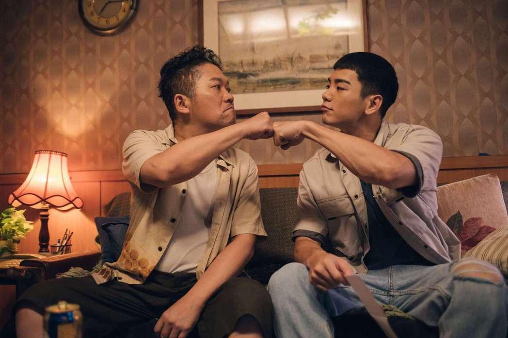 卜學亮(左)、禾浩辰劇中飾演感情好、相依為命的父子。圖/公視提供