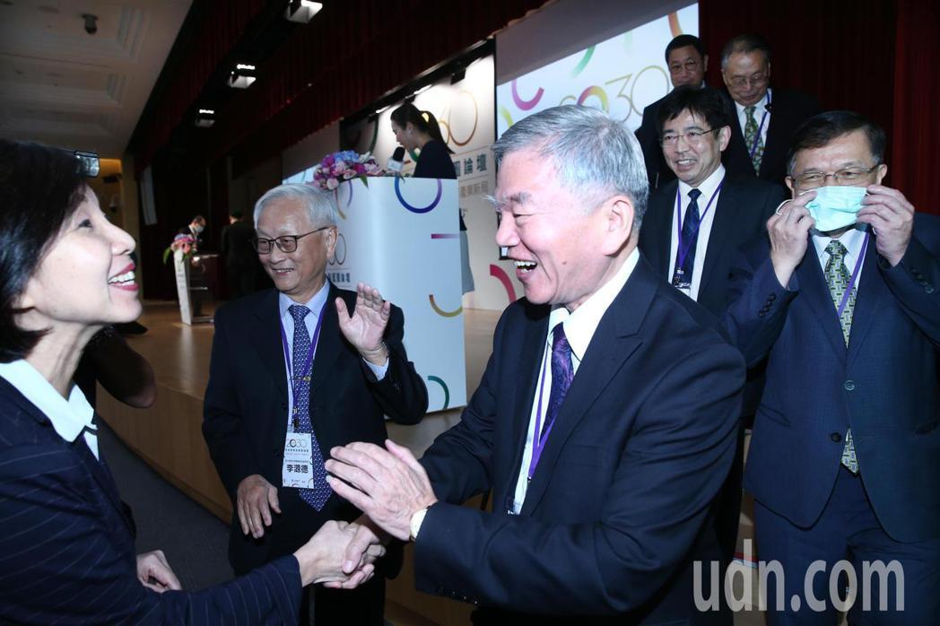 行政院副院長沈榮津(左三)下午出席「2030技術策略與藍圖論壇-疫後新常態,洞悉...