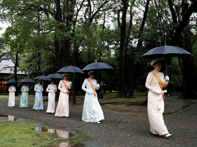 日本皇室陰盛陽衰,但保守派強力反對女性繼承皇位。路透