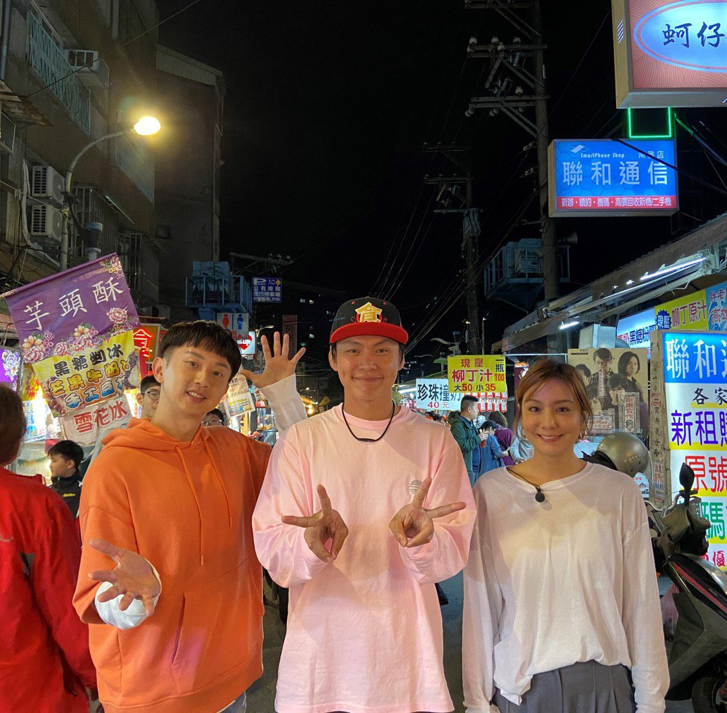 麥克斯(左起)、黃鐙輝、莎莎一起逛湳雅夜市。圖/TVBS提供