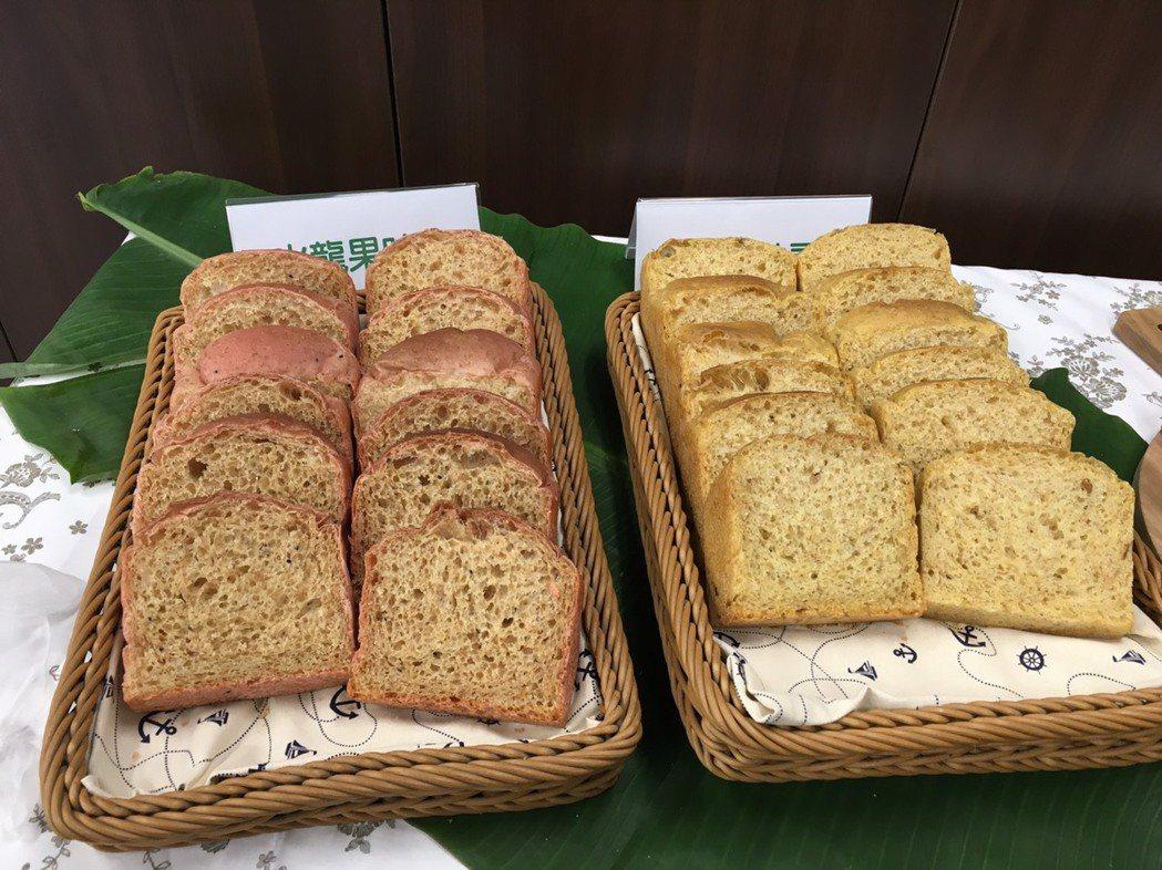 用沼渣沼液灌溉的火龍果及南瓜製成麵包。記者吳姿賢/攝影