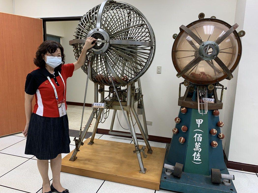 臺灣銀行文物館裡陳設的第一代和第二代愛國獎券電動搖獎機。圖/仝澤蓉攝影