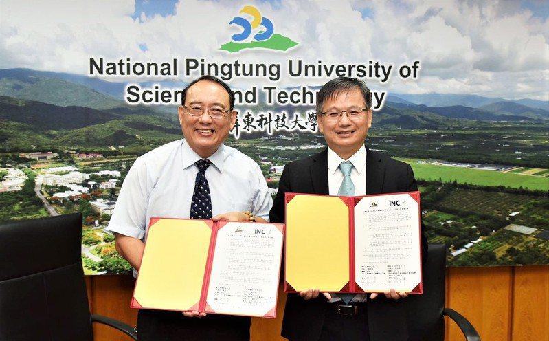 屏科大校長戴昌賢(左)與睿生光電董事長楊柱祥代表,簽訂策略聯盟備忘錄展開產學合作計畫。圖/群創提供