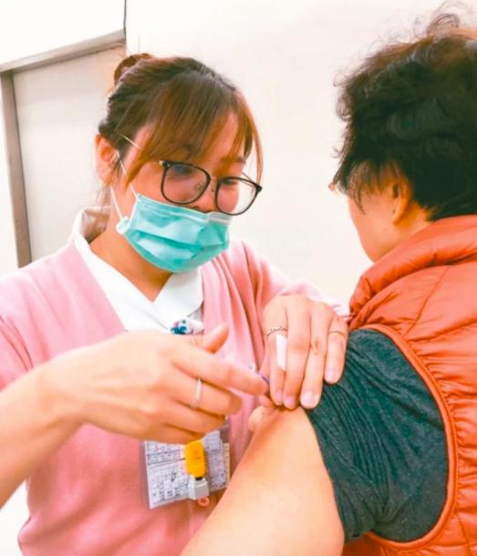 自12月1日起,恢復50至64歲無高風險慢性病成人公費流感疫苗接種作業,扣除校園...