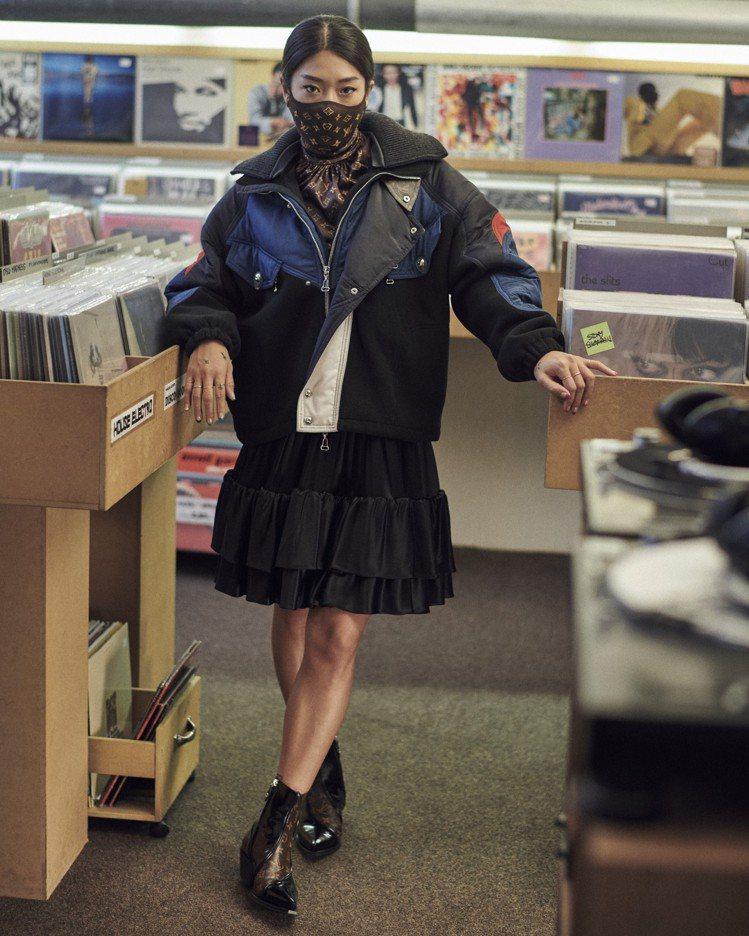 韓裔DJ Peggy Gou詮釋秋冬新鞋款的影片中,戴上了monogram口罩。...
