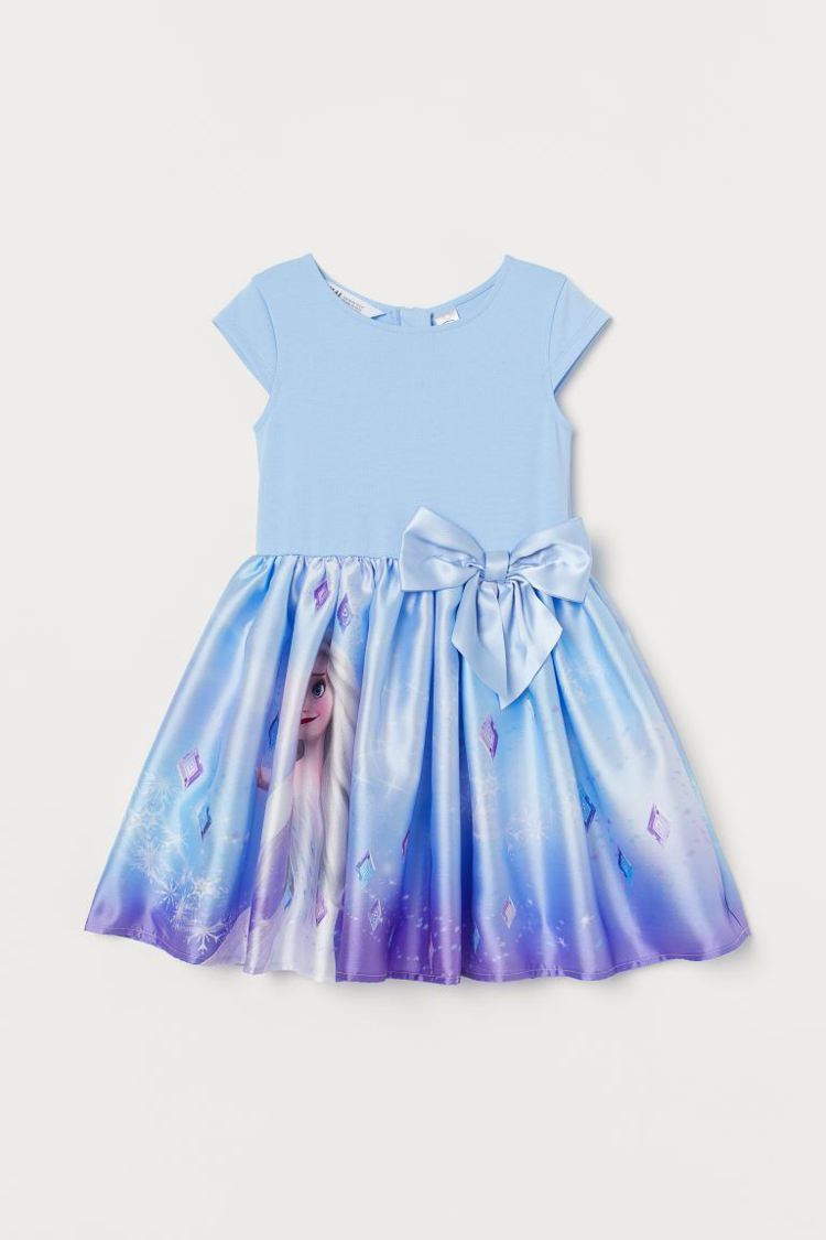 H&M《冰雪奇緣 》聯名系列印花洋裝799元。圖/H&M提供