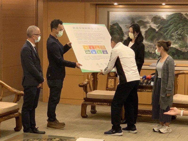 侯友宜今日在環團見證下簽署「氣候緊急宣言」,宣示要將心北打造成環保城市。記者張睿廷/攝影