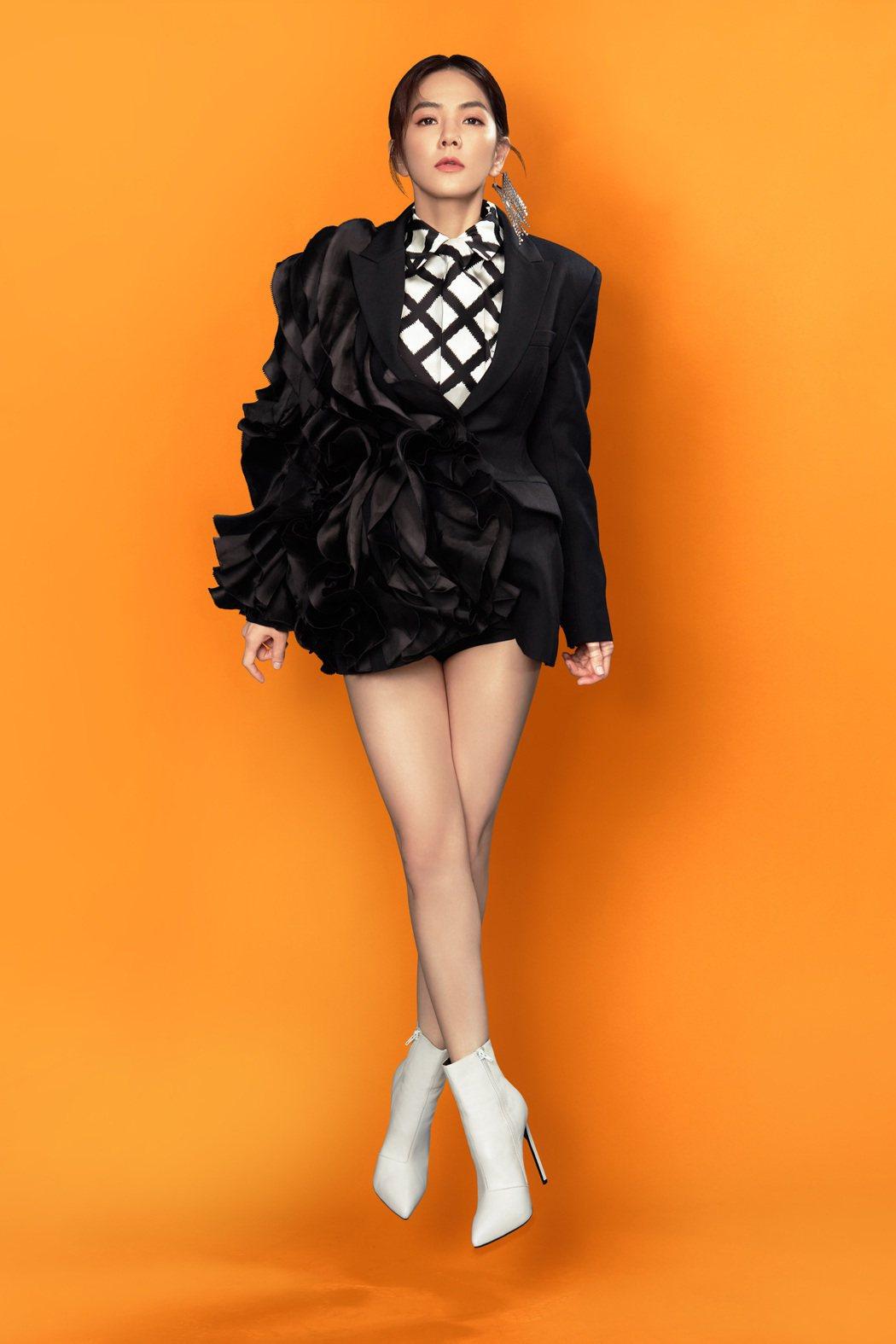 Ella飆唱新歌「娛樂無限公司」,挑戰人生最高音。圖/勁樺娛樂提供