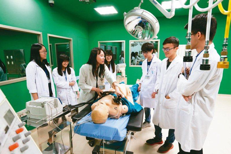 高雄醫學大學醫學院院長田英俊說,醫學相關研究所有些學生非醫學系畢業,若一律授予「醫學博士」易生混淆,圖為高醫大模擬醫學教育課程。圖/高雄醫學大學提供
