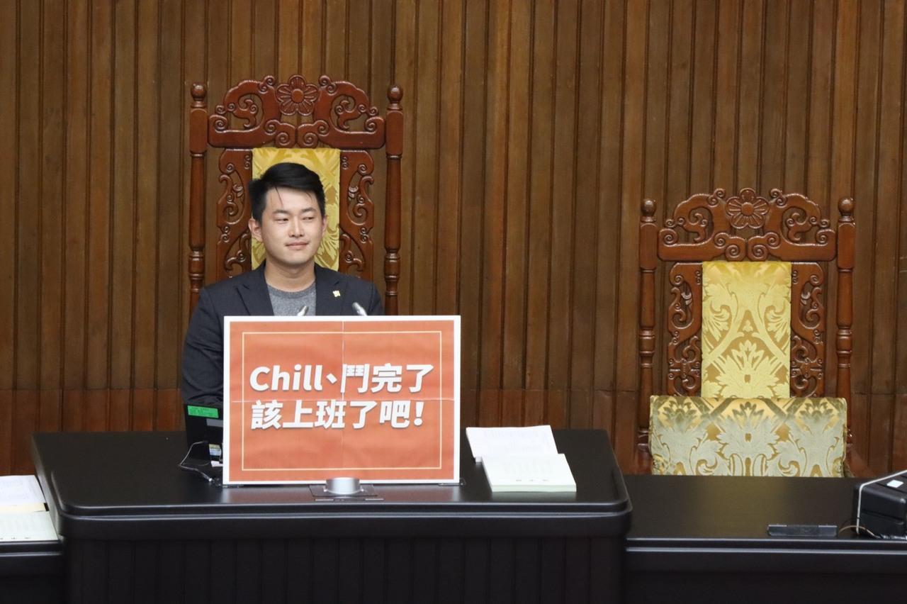 立院空轉 陳柏惟坐上主席台:國民黨該上班了