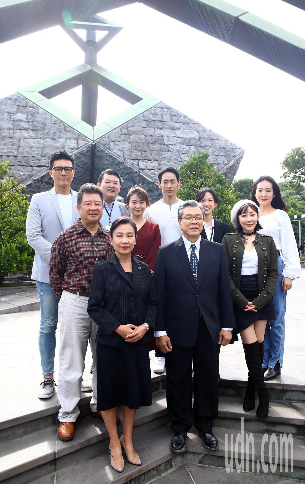 「國際橋牌社2」於台北228公園舉行團拜儀式,主要演員都到場焚香祝禱,祈求拍片順...