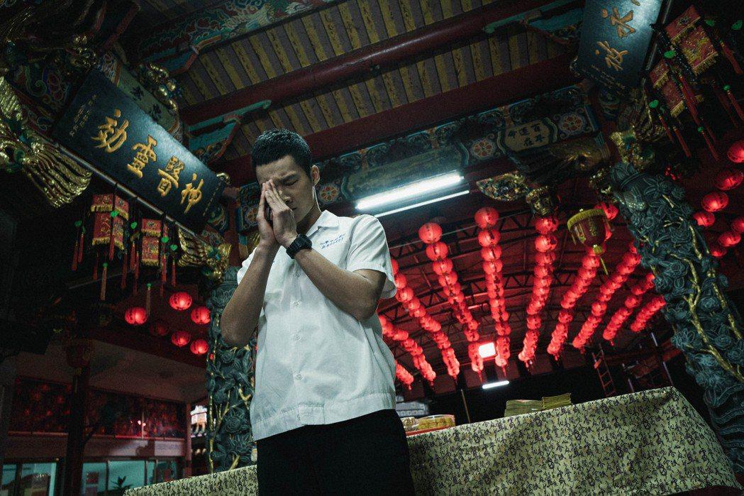 黃冠智飾演的「程文亮」家中經營城隍廟,也是劇中重要場景之一。圖/公視提供