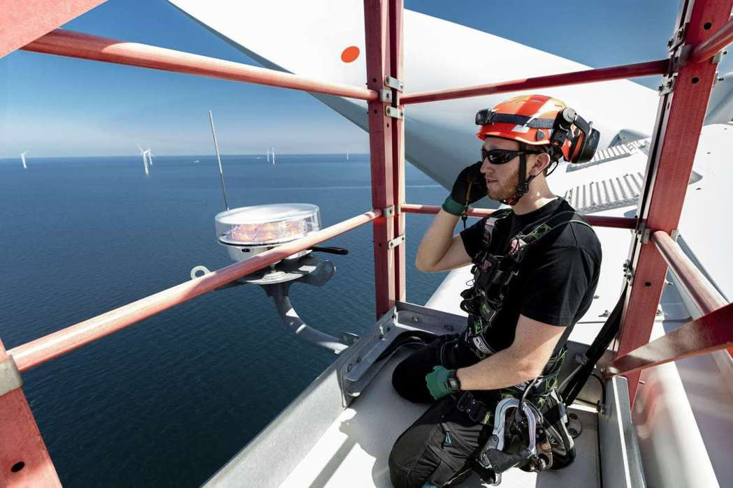 透過中華電信和愛立信為沃旭打造的企業專網, 讓大彰化離岸風場的海上工程師能擁有穩...