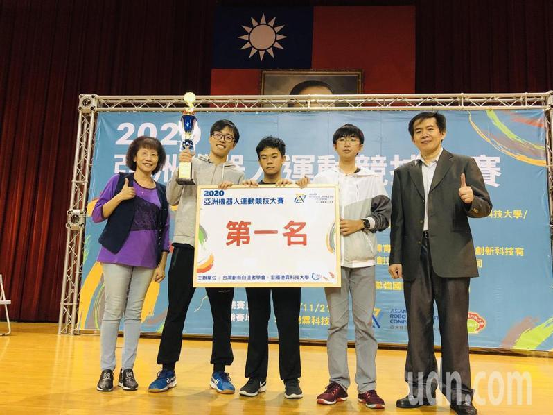 2020亞洲機器人運動競技大賽,宏國德霖科大資工系梁君豪、林昭宏、黃仕杰三位同學榮獲「機器人飆創意軌道」第一名。圖/宏國德霖科大提供
