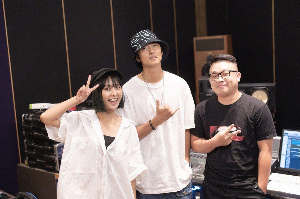 大元林艾璇(左起)出寫真集推新曲,請來創作才子許書豪操刀。圖/藝和創藝提供