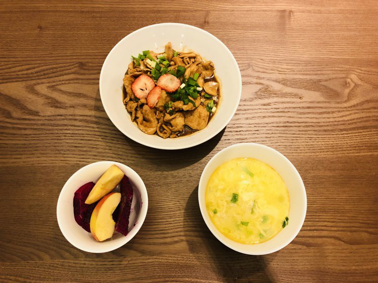 林鑫川親手做的冬菇燜雞、蛋花湯,搭配上水果,就是美好的一餐。圖/林鑫川提供