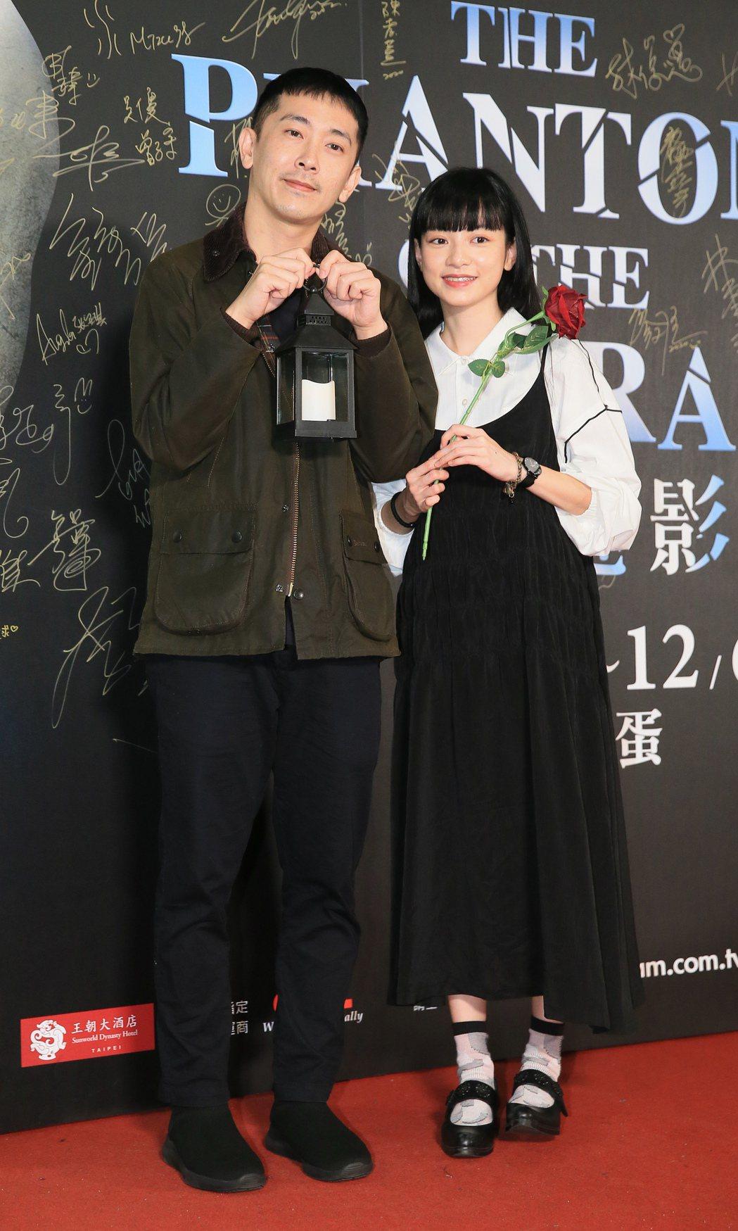 歌劇魅影開演第二周,姚愛寗(右)與施名帥(左)前來觀影。記者潘俊宏/攝影