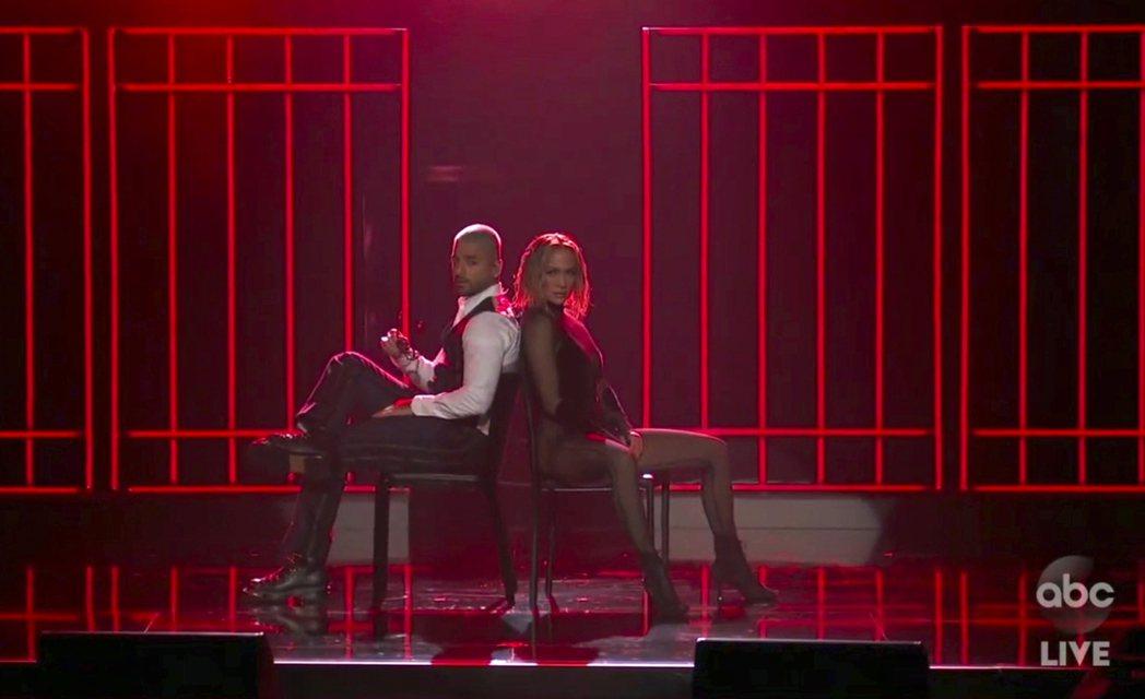 珍妮佛洛佩茲與男歌手合作,又有椅子當道具,令人感到眼熟。圖/美聯社資料照片