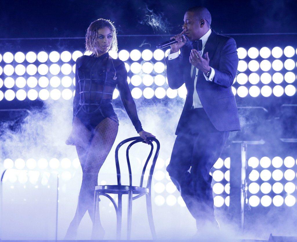 碧昂絲6年前與夫婿傑斯一起在葛萊美頒獎典禮上表演,同樣有椅子。圖/路透資料照片