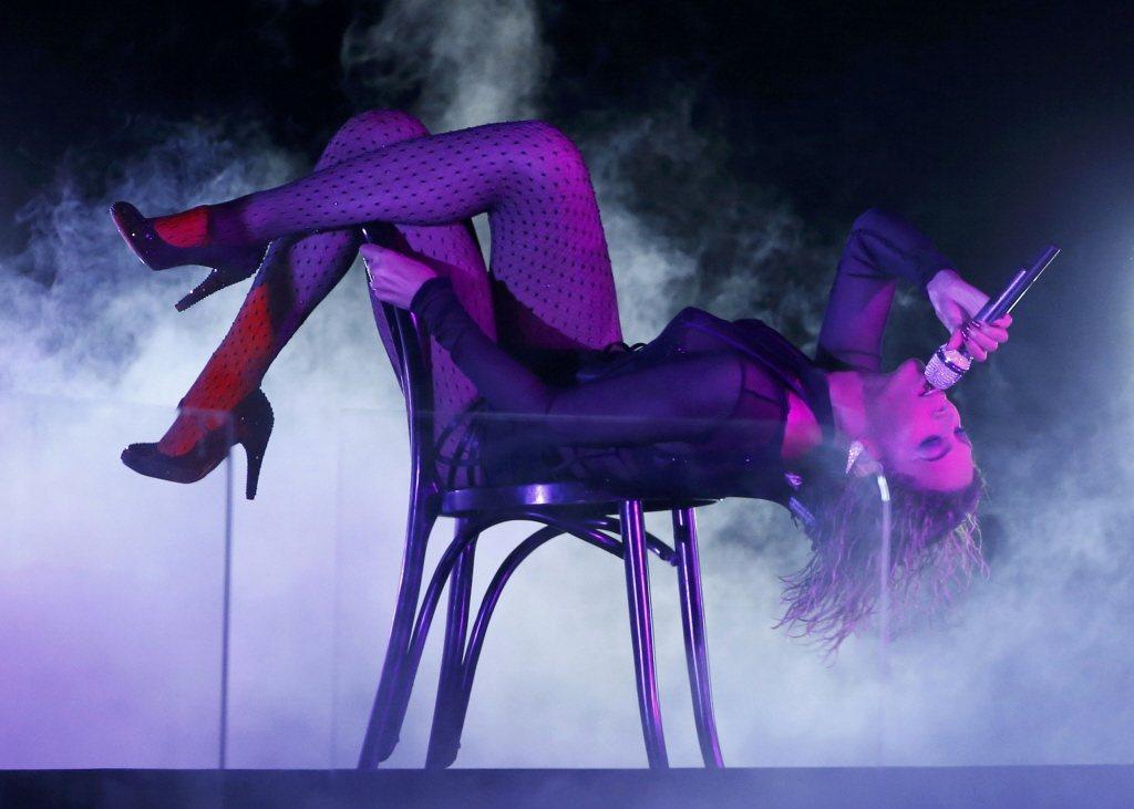 碧昂絲在椅子展現撩人姿態。圖/路透資料照片