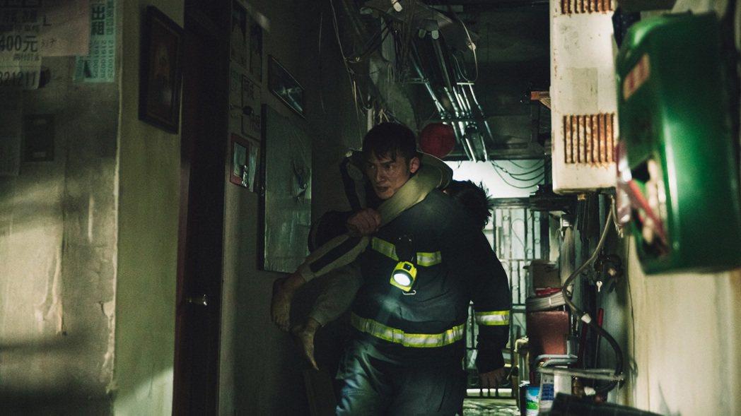 溫昇豪在「火神的眼淚」中出入火場肩扛命危男孩。圖/公視提供