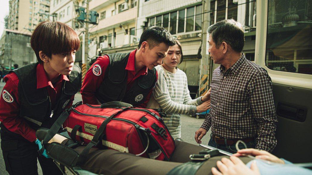 陳庭妮(左起)飾演唯一的女消防員,與劉冠廷共同執行救護工作。圖/公視提供