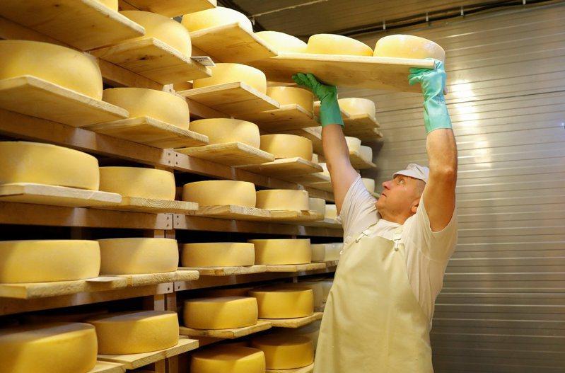 新冠疫情升溫衝擊餐館生意,促使全美的起司等乳製品價格大跌。路透