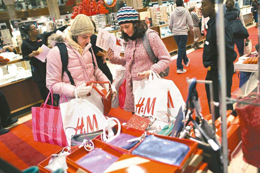 專家預估今年底購物旺季銷售額最多將較去年同期成長5.2%,表現優於往年。(路透)