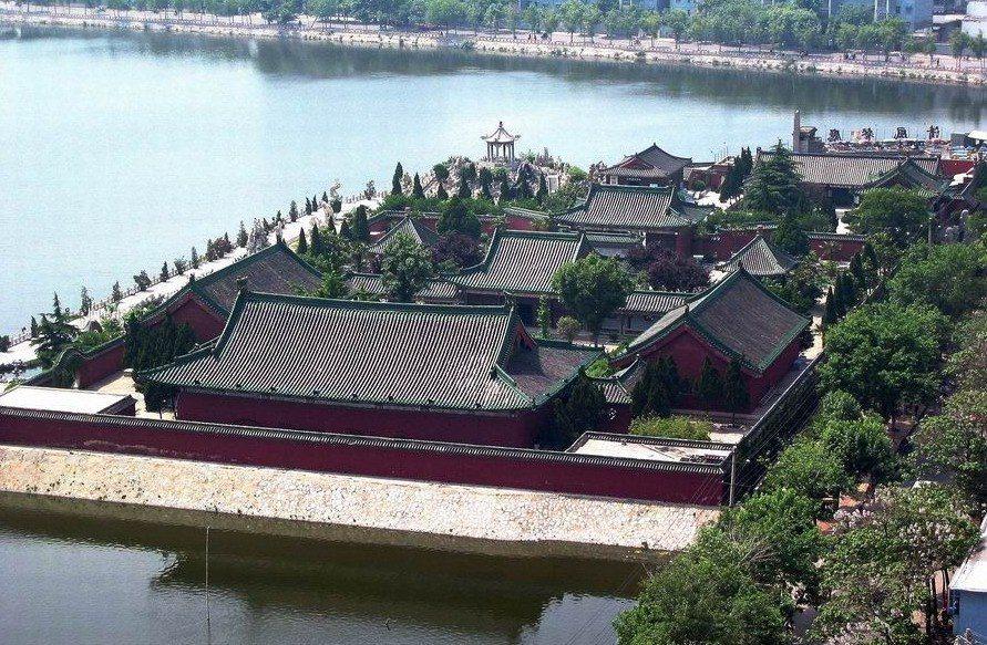 龍亭湖風景區,俯看天波楊府。圖/本報河南開封傳真