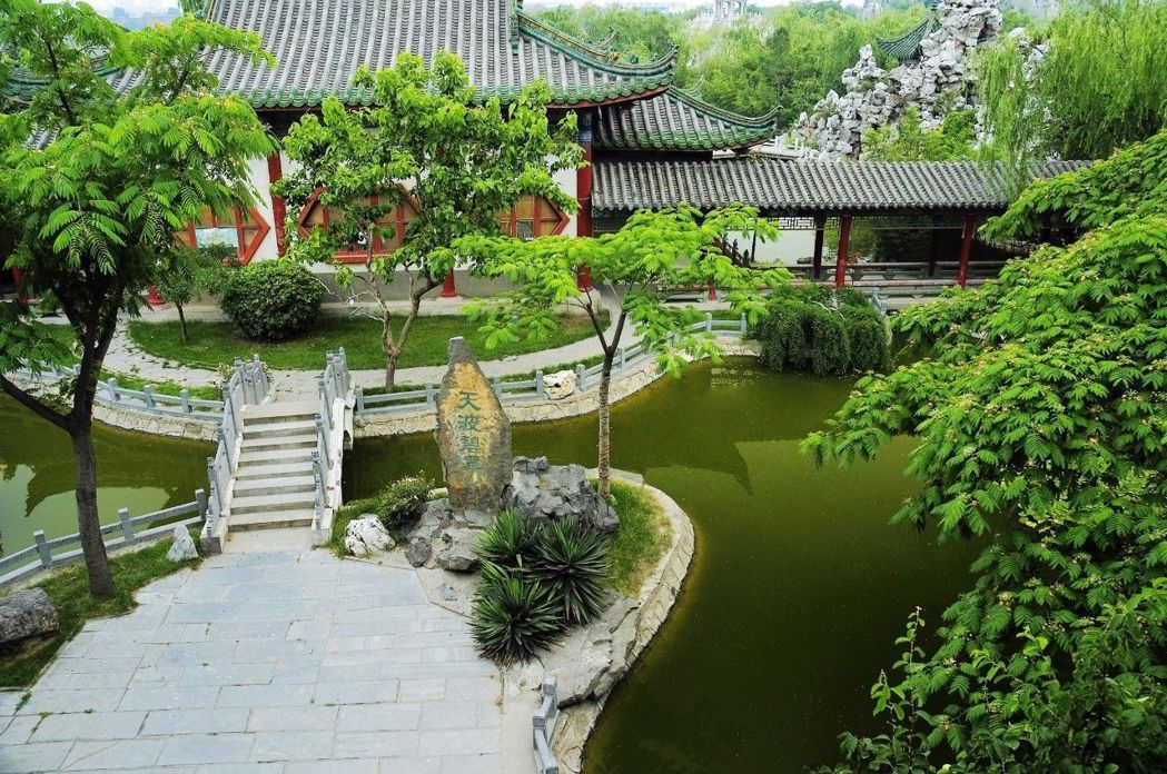 天波楊府花園,小橋流水,曲徑通幽。圖/本報河南開封傳真