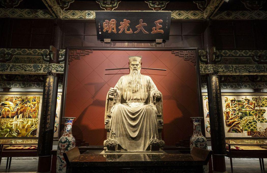包公祠大殿內包公銅像,正襟端坐,正氣凜然。圖/本報河南開封傳真