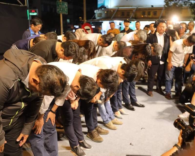 高雄市長陳其邁(左四)今天深夜在臉書發文回憶2年前的今晚,他在高雄市長選舉敗給韓國瑜,向支持者深深鞠躬道歉。翻攝自陳其邁臉書