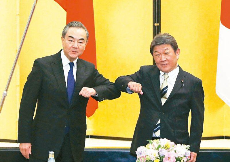 大陸外交部長王毅(左)會見日本外務大臣茂木敏充。 美聯社