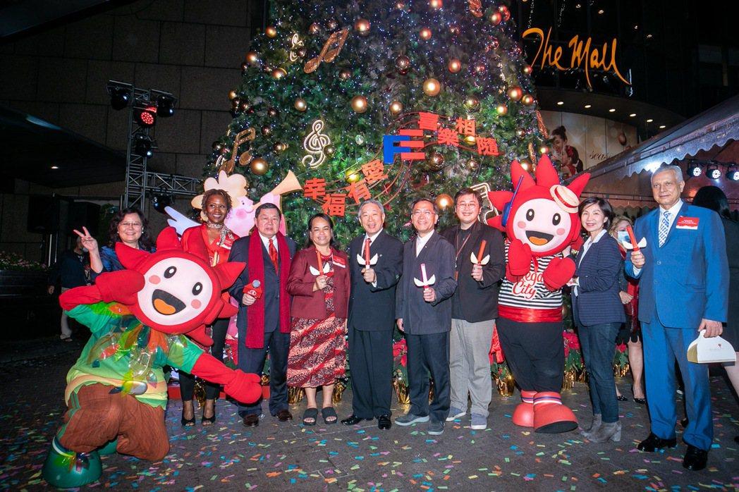 遠東集團昨日舉辦「耶誕點燈儀式」,由遠東集團董事長徐旭東(左三)偕同諾魯第一夫人...