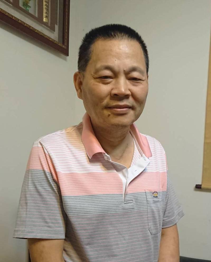 彰化縣儒林書法學會前理事長洪啟峰,樂當教育志工,教導偏鄉孩子寫字。記者簡慧珍/攝影