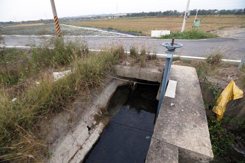 水情吃緊,嘉南明年一期稻作停灌幾乎已成定局,圖為台南六甲區嘉南農田水利會灌溉渠道,目前水位幾乎見底。記者劉學聖/攝影