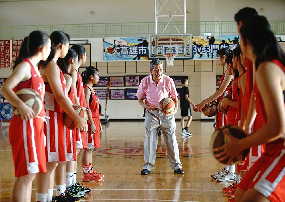 在劉錦池的嚴格訓練下,七賢國中籃球隊戰果輝煌,成為國內籃球人才的重要搖籃。 圖/...